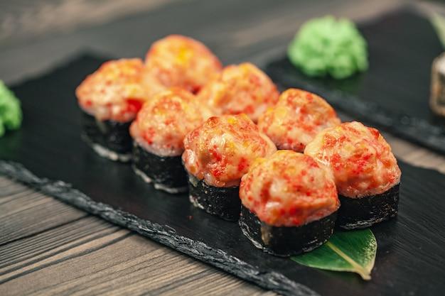 Gesundes essen. japanisches restaurant. sushi rolle