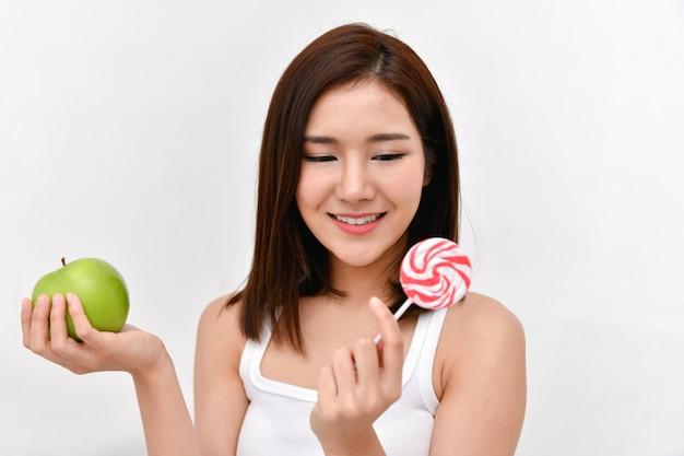 Gesundes essen-konzept schöne mädchen beschließen, mit ihren händen zu essen.