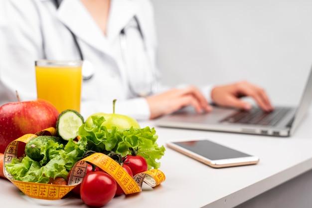 Gesundes essen mit verschwommenen ernährungswissenschaftler