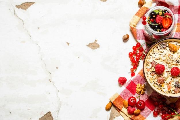 Gesundes essen. müsli mit waldbeeren. auf rustikalem tisch.