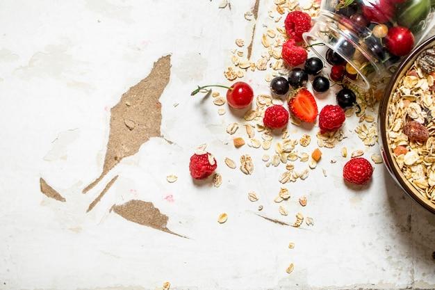 Gesundes essen. müsli mit waldbeeren.