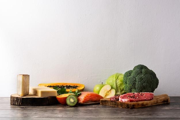 Gesundes essen, obst und gemüse auf holztisch