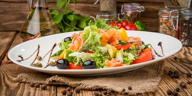 Gesundes essen schönes und leckeres essen auf einem teller, auf einem holztisch
