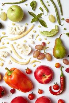 Gesundes essen tisch verschiedene obst und gemüse. gesunde ernährung und essen für veganer