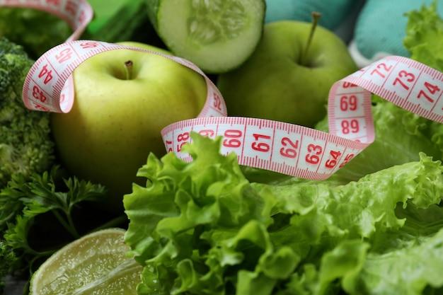 Gesundes essen und maßband, nahaufnahme