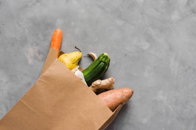 Gesundes essen und papiertüte