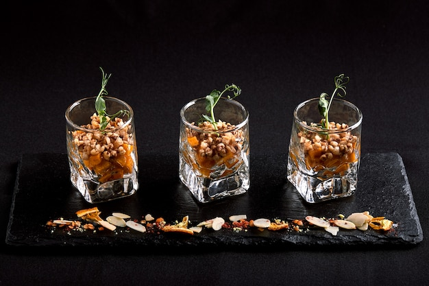 Gesundes essen, veganes vegetarisches müsli aus grünem buchweizen und kürbiskerne in einem glas-takan. fusionslebensmittelkonzept, zurückhaltend, kopienraum.