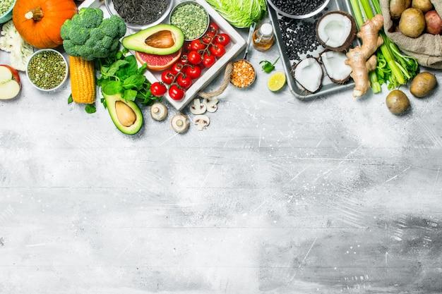 Gesundes essen. vielzahl von bio-gemüse und obst. auf einem rustikalen.