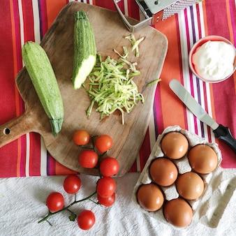 Gesundes essen, zucchini mit hühnereiern und kirschtomaten kochen