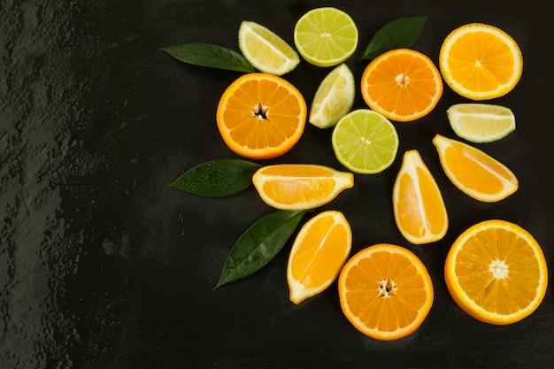 Gesundes essenkonzept mit kalk, orange und zitrone