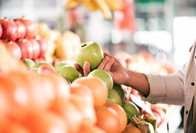 Gesundes essenkonzept. obst kaufen, nahaufnahme.