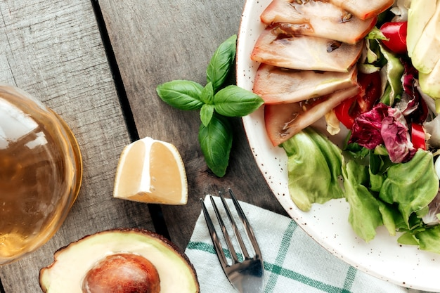Gesundes esskonzept flach lag. mediterrane ernährung, teller mit salatblättern