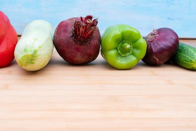Gesundes frisches gemüse auf einem holzbrett zum schneiden. gesunde lebensstil-diät.