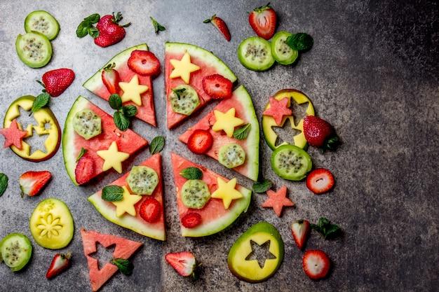 Gesundes fruchtpizzakonzept - pizza gemacht von der wassermelone und von den früchten