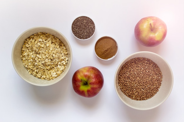 Gesundes frühstück - äpfel, chiasamen, zimt, körner