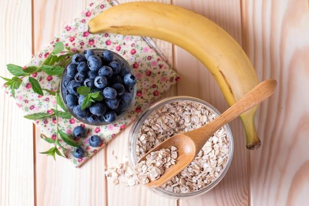 Gesundes frühstück auf dem küchentisch