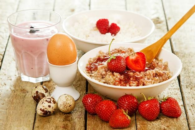 Gesundes frühstück auf holztisch