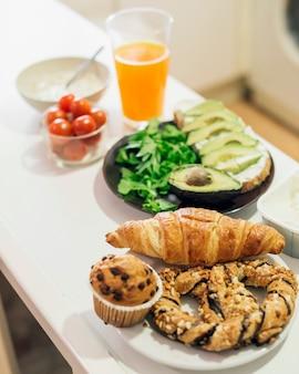 Gesundes frühstück auf küchenarbeitsplatte