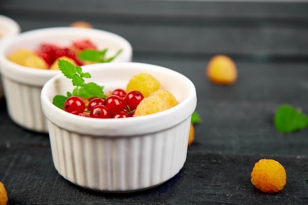 Gesundes frühstück auf weißen schüsseln.