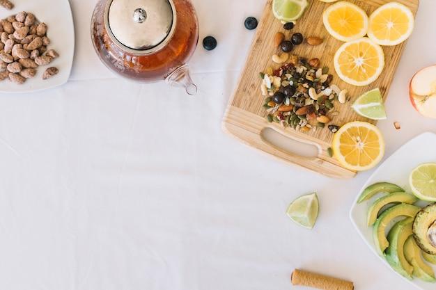 Gesundes frühstück auf weißer tischdecke
