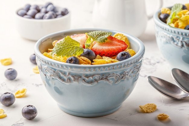Gesundes frühstück - cornflakes mit früchten und beeren.