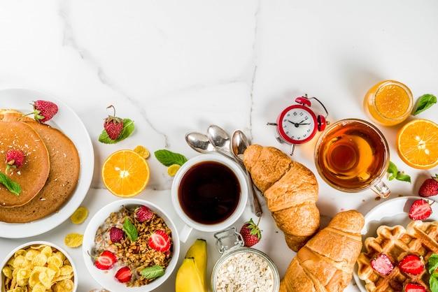 Gesundes frühstück, das konzept, verschiedenes morgenlebensmittel isst