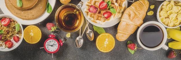 Gesundes frühstück, das konzept, verschiedenes morgenlebensmittel - pfannkuchen isst