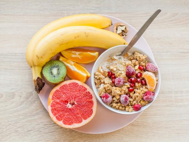 Gesundes frühstück der draufsicht in der platte