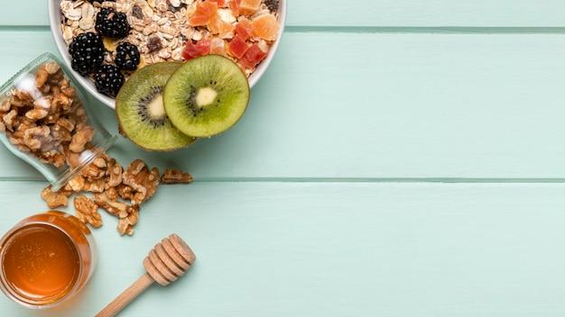 Gesundes frühstück der draufsicht mit müsli