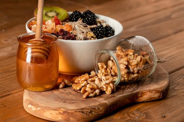 Gesundes frühstück der nahaufnahme auf tabelle