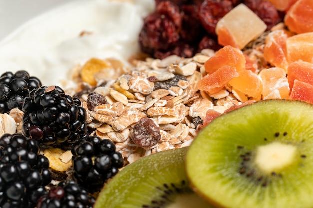 Gesundes frühstück der nahaufnahme mit müsli