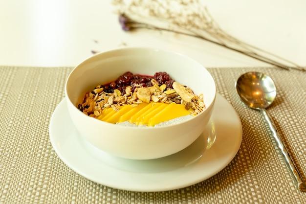 Gesundes frühstück der smoothieschüssel mit chia-pudding und frucht auf dem tisch.