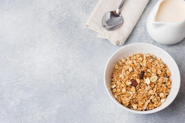 Gesundes frühstück. frisches müsli, müsli mit joghurt