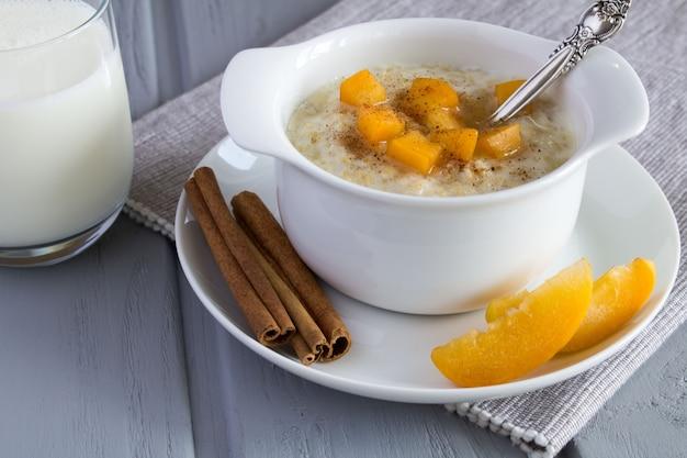 Gesundes frühstück haferflocken mit aprikose und milch