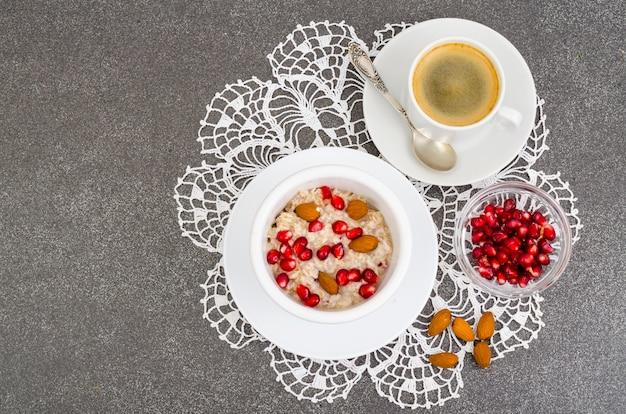 Gesundes frühstück. haferflocken mit granatapfel und nüssen