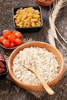 Gesundes frühstück - haferflocken und beeren
