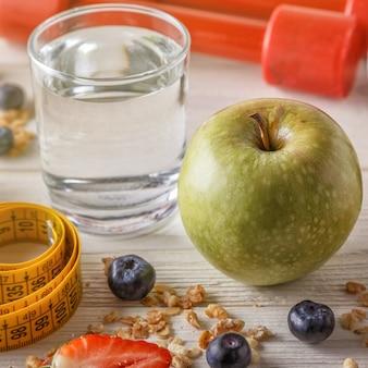 Gesundes frühstück, hanteln und maßband