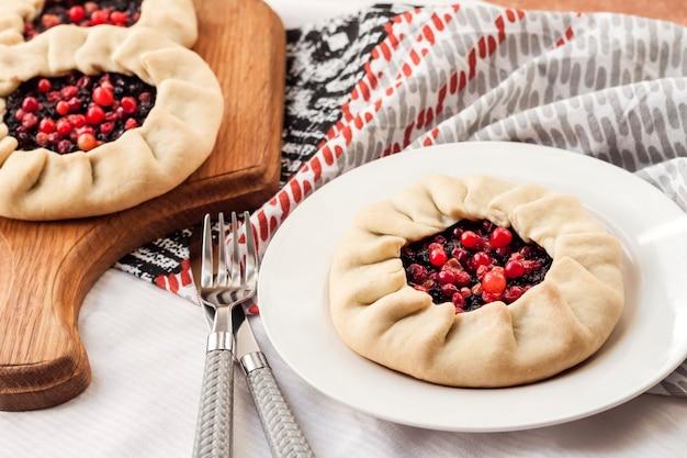 Gesundes frühstück hausgemachte fastengalette mit holunderbeeren und preiselbeeren