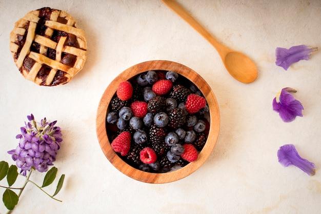 Gesundes frühstück - himbeeren, blaubeeren und brombeeren - draufsicht