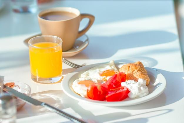 Gesundes frühstück im café im freien