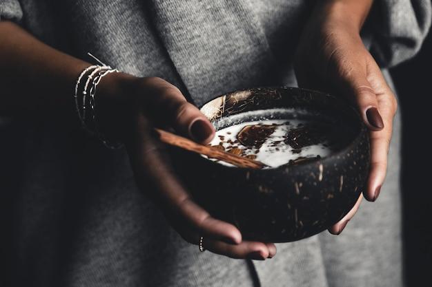 Gesundes frühstück, joghurt mit feigen in einer kokosnussschale. der richtige start in den tag.