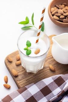 Gesundes frühstück. mandelmilchshake in einem glasglas.