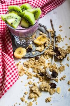 Gesundes frühstück mit beeren und kiwi