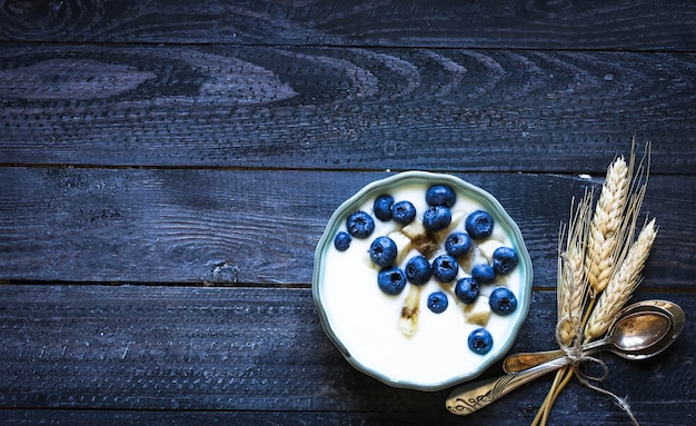 Gesundes frühstück mit blaubeeren und bananenjoghurt