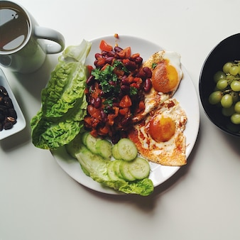 Gesundes frühstück mit eiern, bohnen und gemüse
