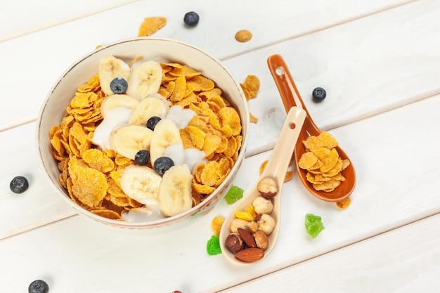 Gesundes frühstück mit flocken