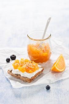 Gesundes frühstück mit ganzen brot und orangenmarmelade