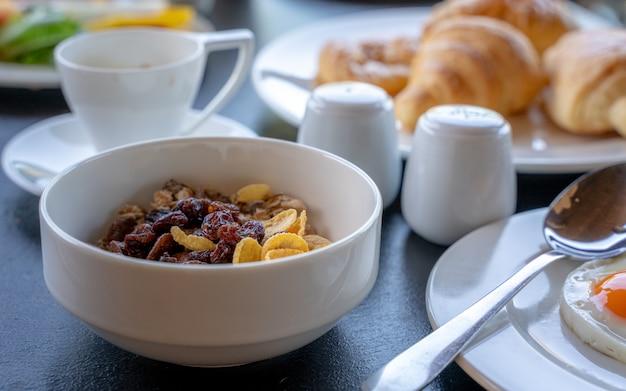 Gesundes frühstück mit getreide und milch