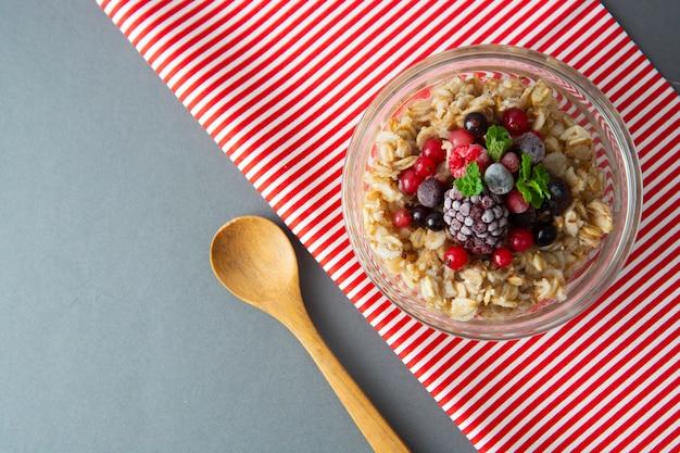 Gesundes frühstück mit hafer, beeren und minze. über nacht haferbrei mit früchten.