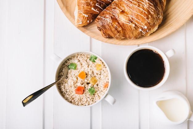 Gesundes frühstück mit hafer und kaffee